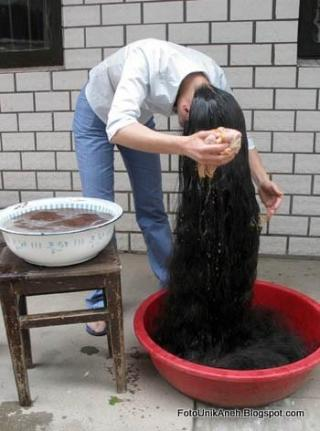 Membersihkan Rambut Seperti Mencuci Baju Saja, Menggunakan Baskom